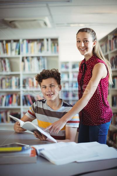 Portre mutlu sınıf arkadaşları okuma kitap kütüphane Stok fotoğraf © wavebreak_media