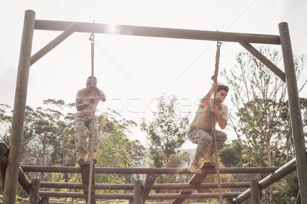 Militar soldados escalada corda treinamento Foto stock © wavebreak_media