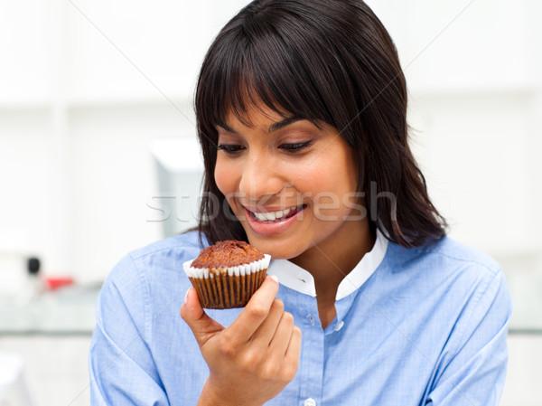 Empresária alimentação bolinho secretária feliz Foto stock © wavebreak_media