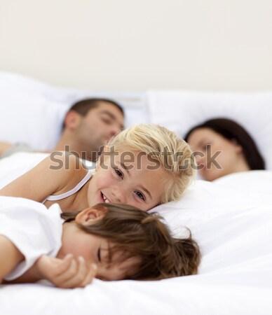 Familie Eltern Bett jungen entspannenden zusammen Stock foto © wavebreak_media
