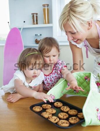 Sorrindo bolinhos cozinha mulher mão Foto stock © wavebreak_media