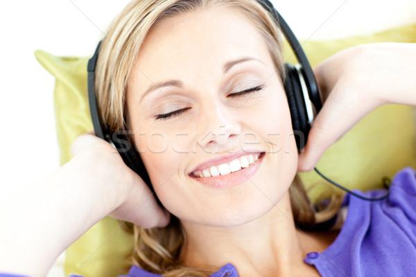 Vrouw luisteren naar muziek woonkamer home huis Stockfoto © wavebreak_media