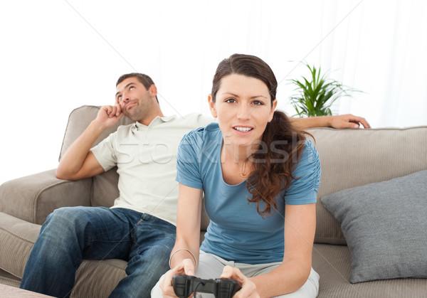 Sério mulher jogar jogo vídeo namorado espera Foto stock © wavebreak_media
