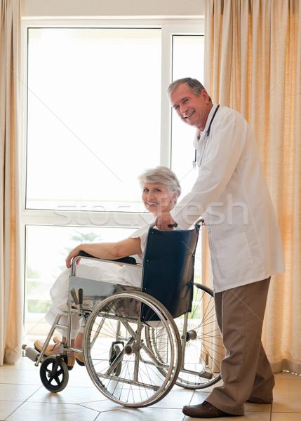 Orvos beteg néz kamera orvosi gyógyszer Stock fotó © wavebreak_media