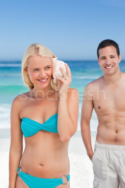 Nő hallgat kagyló kezek férfi boldog Stock fotó © wavebreak_media