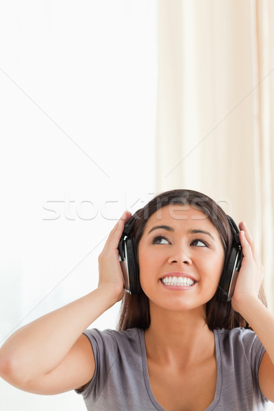 Aranyos nő fülhallgató felfelé néz nappali zene Stock fotó © wavebreak_media