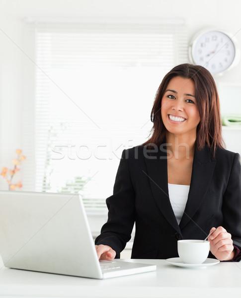 Boa aparência mulher terno copo café Foto stock © wavebreak_media