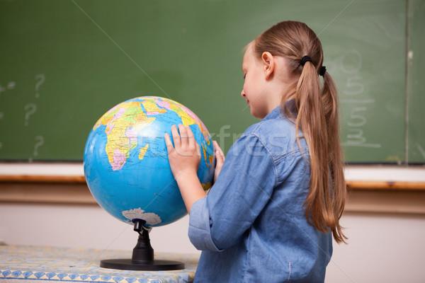 Centrado colegiala mirando mundo aula escuela Foto stock © wavebreak_media