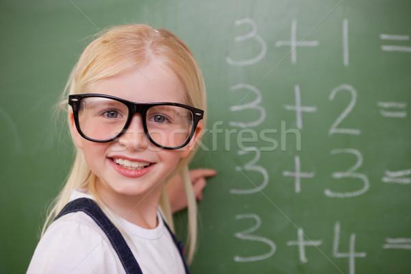 Glimlachend smart schoolmeisje wijzend iets Blackboard Stockfoto © wavebreak_media