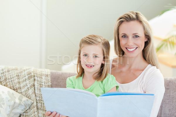 母親 娘 読む 雑誌 一緒に ソファ ストックフォト © wavebreak_media