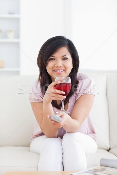 Nő tart televízió távoli üveg vörösbor Stock fotó © wavebreak_media