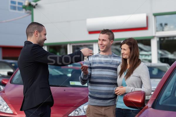 Verkoper autosleutels paar handel zakenman pak Stockfoto © wavebreak_media