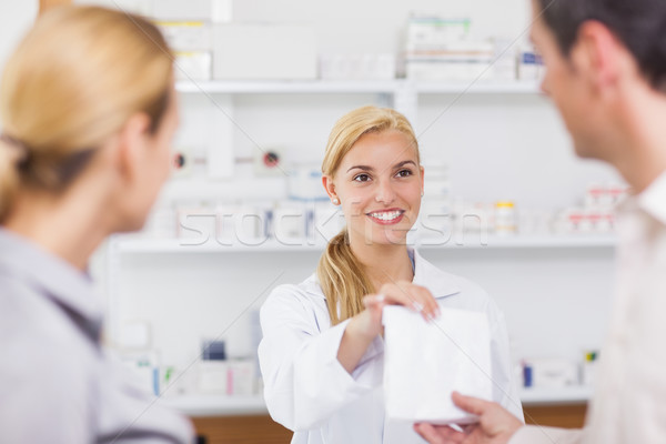 Souriant pharmacien drogue sac pharmacie femme Photo stock © wavebreak_media