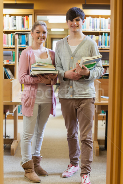 Stok fotoğraf: çift · ayakta · kütüphane · kitaplar · gülen
