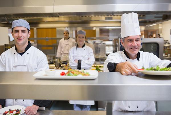 Mosolyog szakács saláta rendelés állomás konyha Stock fotó © wavebreak_media