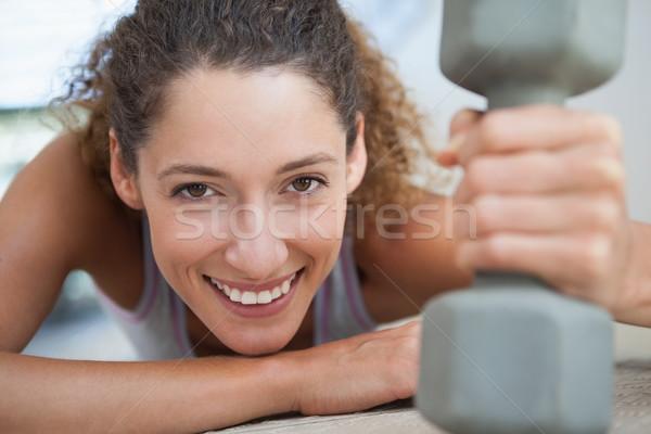 Fitt nő mosolyog kamera tart súlyzó tornaterem Stock fotó © wavebreak_media