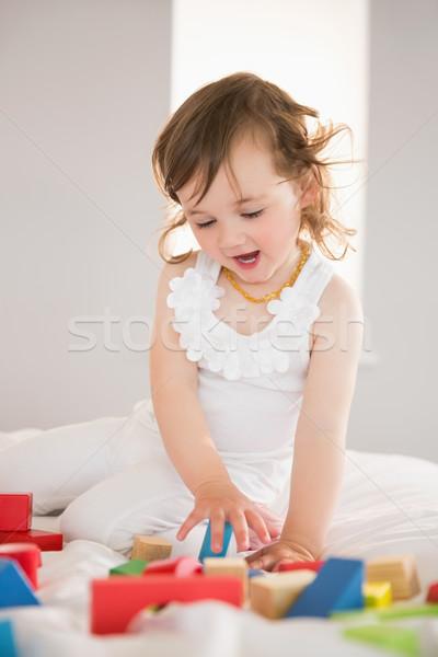 Zdjęcia stock: Cute · dziewczyna · gry · budynków · wielokondygnacyjnych · bed · dziewczynka
