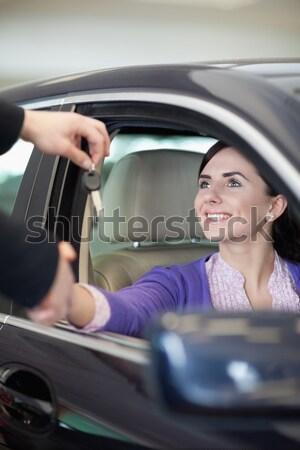 Mosolygó nő tart slusszkulcs névjegy új autó bemutatóterem Stock fotó © wavebreak_media