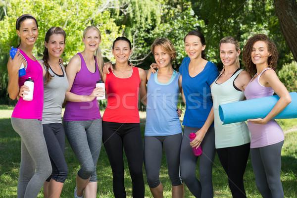 Fitness grupy uśmiechnięty kamery parku Zdjęcia stock © wavebreak_media