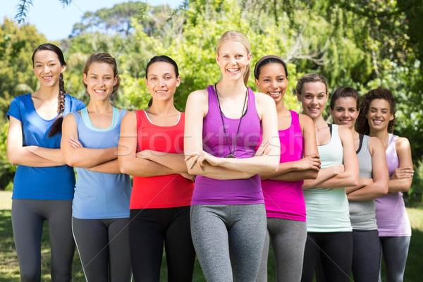 Fitness grupo sonriendo cámara parque Foto stock © wavebreak_media