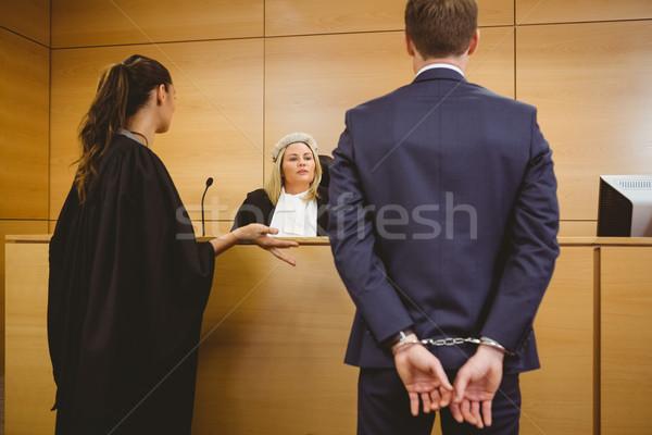 Foto stock: Juiz · falante · criminal · algemas · tribunal · quarto
