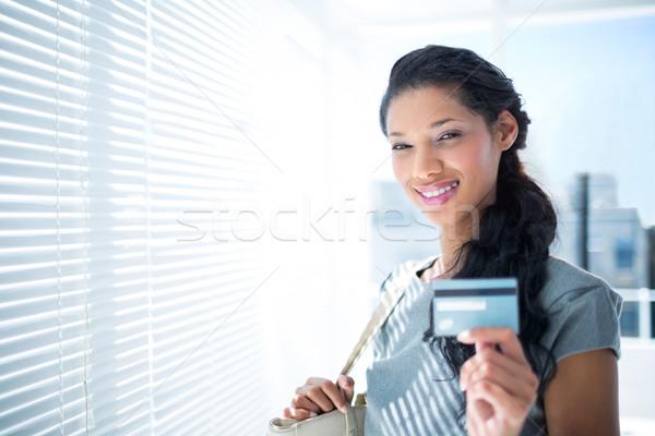 Mosolyog üzletasszony néz kamera hitelkártya közelkép Stock fotó © wavebreak_media