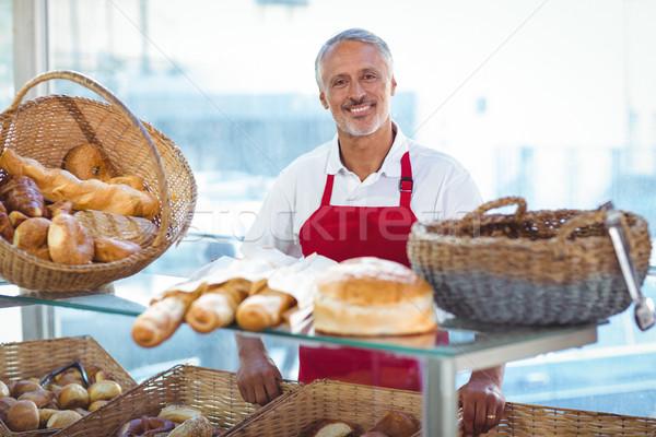 Бариста улыбаясь камеры за борьбе хлебобулочные Сток-фото © wavebreak_media