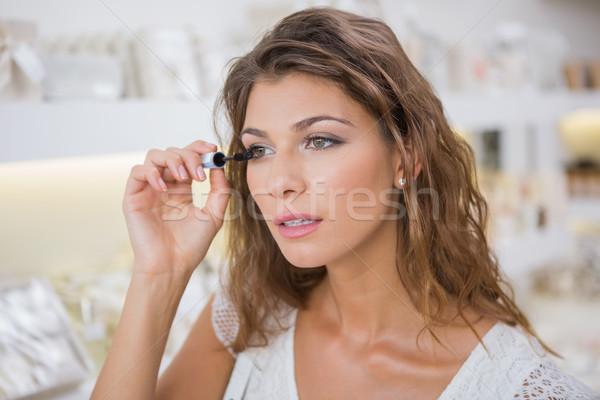 Nő jelentkezik smink szépségszalon vásárlás női Stock fotó © wavebreak_media