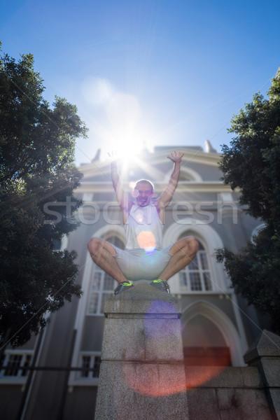 Extreme atleet hurken pijler armen Stockfoto © wavebreak_media