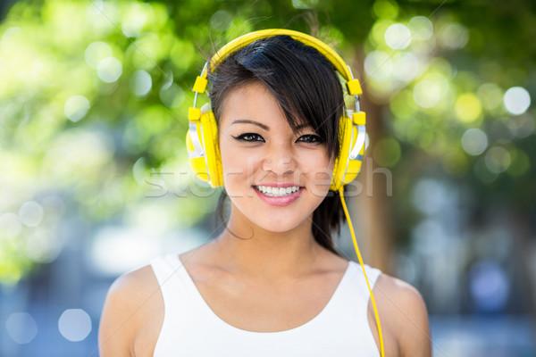Portret glimlachend atletisch vrouw Geel Stockfoto © wavebreak_media