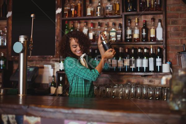 Vrouwelijke barman cocktail drinken shaker counter Stockfoto © wavebreak_media