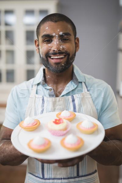 Portret uśmiechnięty człowiek desery tablicy kuchnia Zdjęcia stock © wavebreak_media