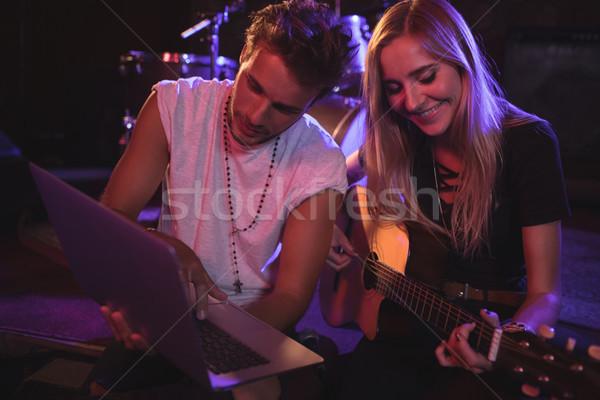 Zenészek laptopot használ gyakorol éjszakai klub férfi női Stock fotó © wavebreak_media
