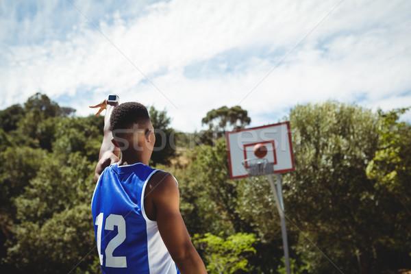 Achteraanzicht mannelijke tiener oefenen basketbal basketbalveld Stockfoto © wavebreak_media