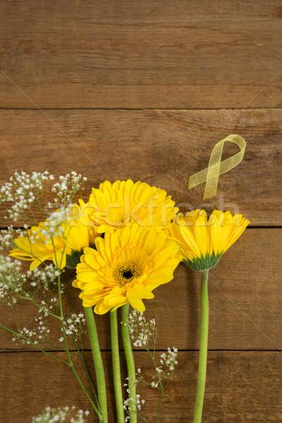 Vue jaune conscience ruban fleurs table en bois Photo stock © wavebreak_media