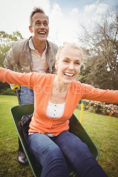 Echtgenoot voortvarend vrouw kruiwagen tuin vrouw Stockfoto © wavebreak_media