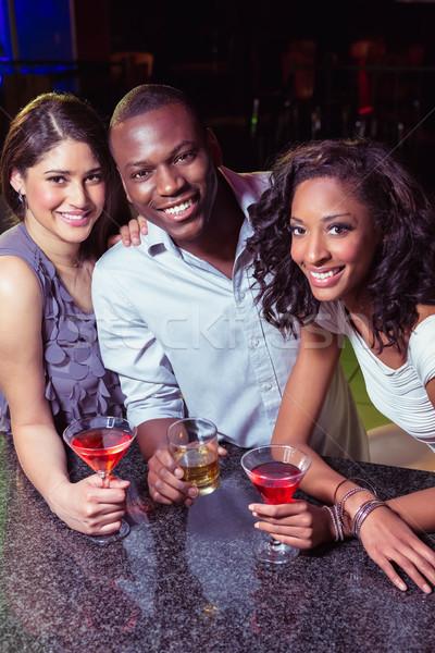 Retrato jovem amigos bebidas bar contrariar Foto stock © wavebreak_media