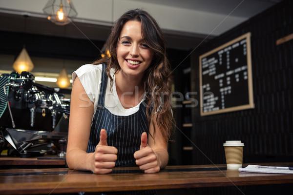 Portret glimlachend barista coffeeshop vrouw Stockfoto © wavebreak_media