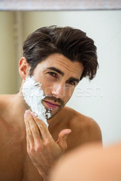 Homme mousse réflexion jeune homme salle de bain Photo stock © wavebreak_media