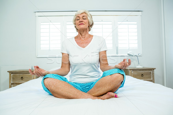 старуху йога кровать окна домой Сток-фото © wavebreak_media