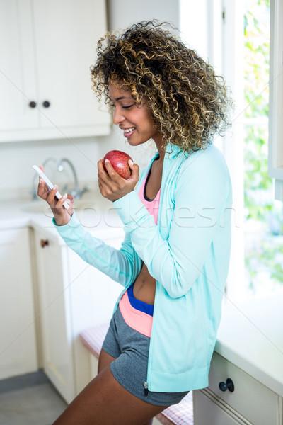 Genç kadın telefon mutfak ev Internet Stok fotoğraf © wavebreak_media