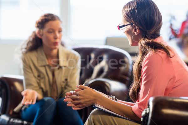 Psycholoog patiënt kantoor vrouw schrijven helpen Stockfoto © wavebreak_media