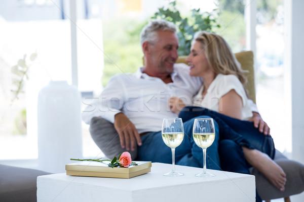 Romantica Coppia vino bianco occhiali rosa scatola regalo Foto d'archivio © wavebreak_media