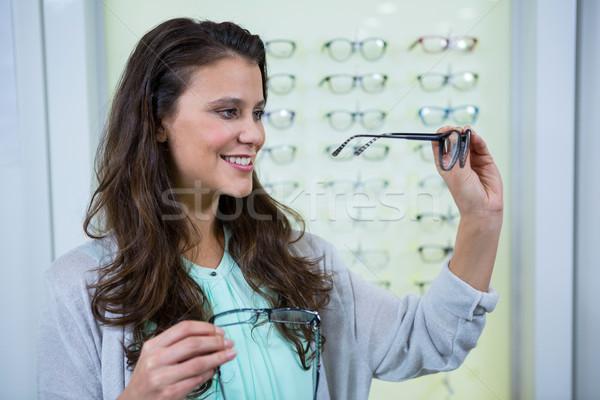 Vrouwelijke klant kiezen bril optische store Stockfoto © wavebreak_media