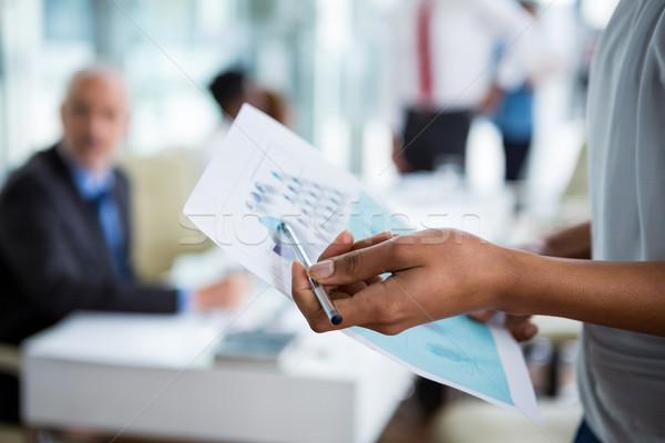 üzletasszony mutat diagram iroda középső rész nő Stock fotó © wavebreak_media