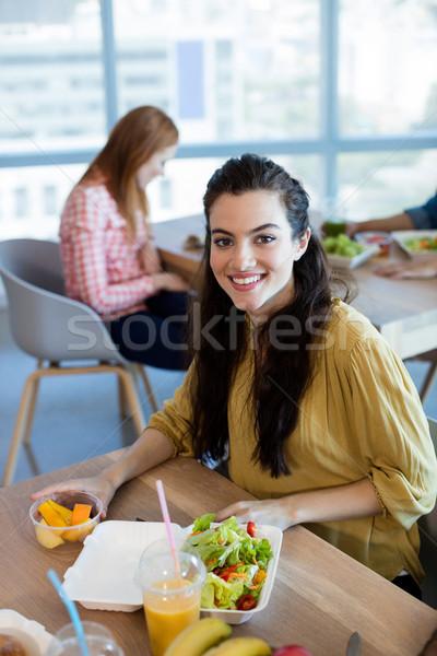 Retrato mujer sonriente comida oficina negocios mujer Foto stock © wavebreak_media