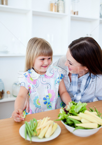 Attento madre figlia mangiare verdura cucina Foto d'archivio © wavebreak_media