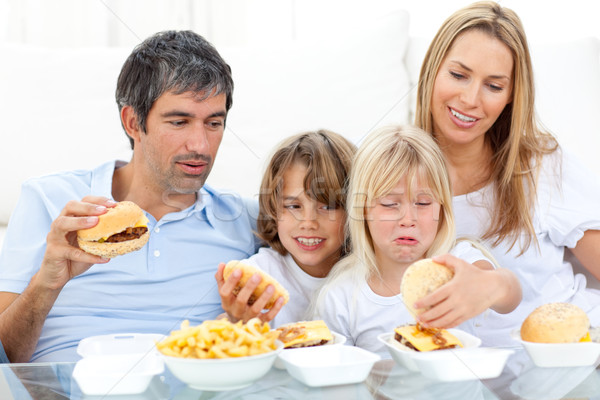 Allegro famiglia mangiare seduta divano Foto d'archivio © wavebreak_media