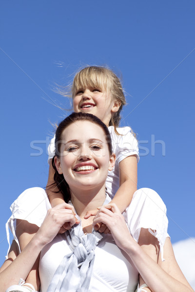 Madre hija a cuestas mujer cielo Foto stock © wavebreak_media