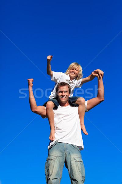 Silne dziecko posiedzenia plecy Błękitne niebo rodziny Zdjęcia stock © wavebreak_media